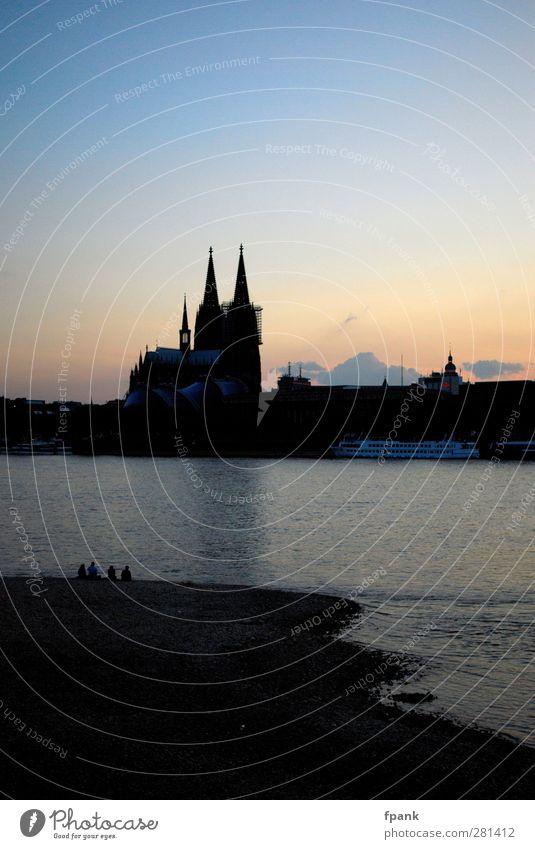 Neulich abends am Rhein Sightseeing Städtereise Flussufer Köln Stadt Skyline Dom Bauwerk Sehenswürdigkeit Wahrzeichen Binnenschifffahrt Passagierschiff