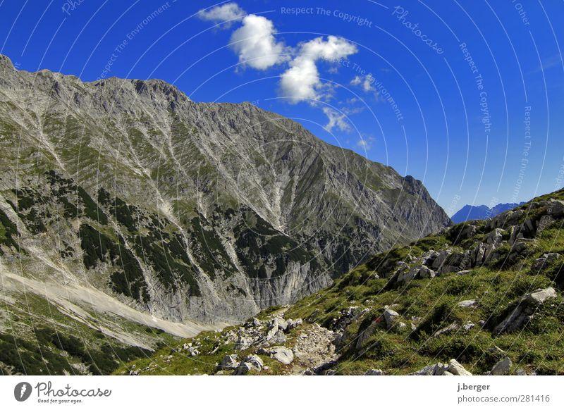 hinten links - der Yeti blau Ferien & Urlaub & Reisen grün Sommer Landschaft Ferne Berge u. Gebirge Freiheit grau Horizont Felsen hoch wandern Abenteuer