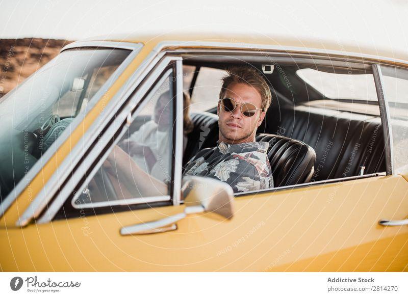Paar im Auto sitzend PKW Liebe Sonnenbrille Blick in die Kamera Coolness Stil trendy Fahrzeug Mann Frau Lifestyle Zusammensein Ferien & Urlaub & Reisen Glück
