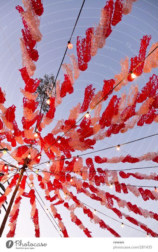 party! weiß rot Freude Party Beleuchtung Feste & Feiern Fröhlichkeit Dekoration & Verzierung Netz Lebensfreude Jahrmarkt Leichtigkeit Lichterkette Girlande Straßenfest