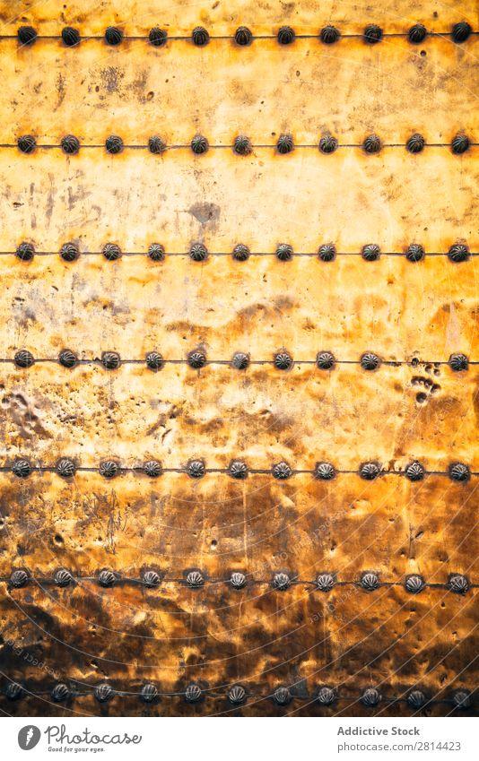 Mittelalterliche Metalltürstruktur einer Moschee-Tür. Hintergrund Niete Hintergrundbild Stahl Eisen Teller Rost braun Design überdeckt Grenze Messing verwittert