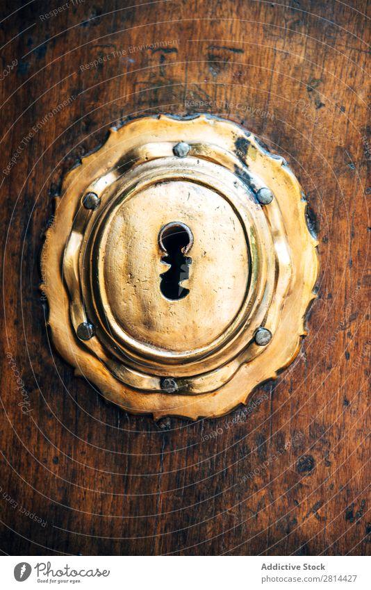 Nahaufnahme eines alten Schlüsselschlosses an einer antiken Holztür. Textur-Hintergrund Schloss Tür aufschließen Antiquität heimwärts offen rustikal Zugang