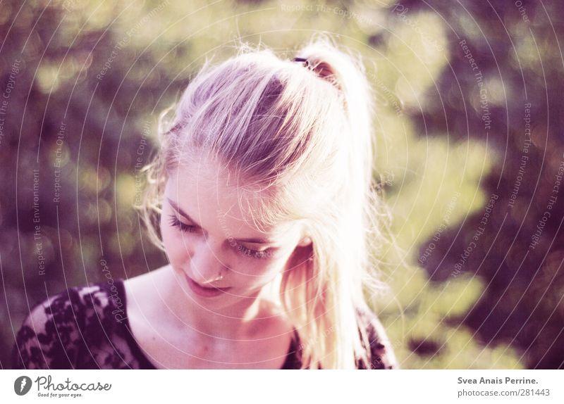 sommer abende. feminin Kopf Haare & Frisuren Gesicht 1 Mensch 18-30 Jahre Jugendliche Erwachsene Natur Schönes Wetter Garten Park blond langhaarig Zopf