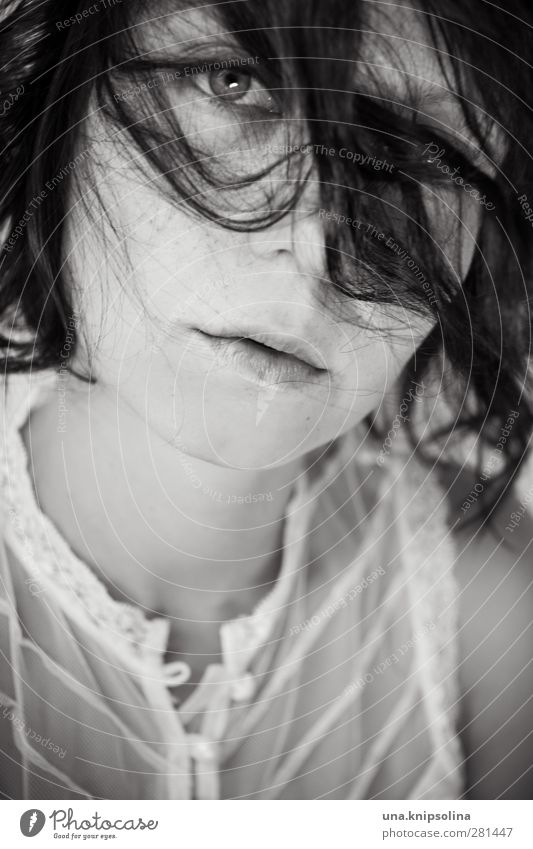 ich hab im krieg die seiten gewechselt schön Frau Erwachsene Haare & Frisuren Gesicht 1 Mensch 18-30 Jahre Jugendliche Spitze brünett Locken Denken träumen