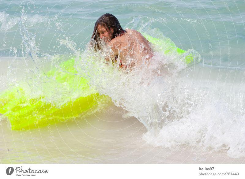 Brandung Mensch Jugendliche Wasser Sonne Meer Freude Strand gelb Leben feminin Sport Junge Frau Schwimmen & Baden Wellen Kraft frisch