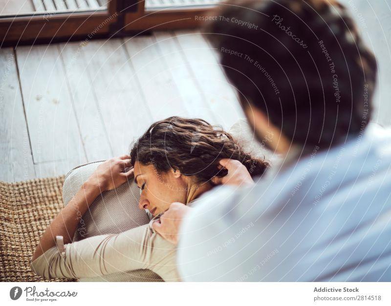 Ein junges Paar. Mann massiert eine Frau Barfuß Couch-Massage Heterosexuelles Paar lässig Mensch Erwachsene lügen heimwärts liegen Liege Wohnzimmer Sofa