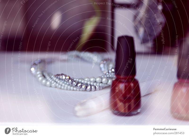 BlickInsSchaufenster. elegant Stil schön Kosmetik Nagellack Accessoire Schmuck feminin Halskette Armband rot rosa Perle Perlenkette gestalten Tisch weiß silber