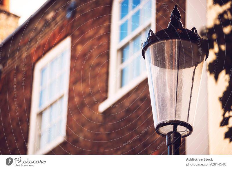 Laternenpfahl über dem Haus. London Lampe Straße England Briten Großstadt Architektur Großbritannien Europa Gebäude altehrwürdig Stadt Licht Straßenlaterne