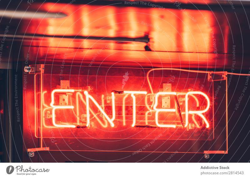 Orangefarbenes Lichtzeichen für den Eingang neonfarbig Zeichen Hauseingang rot hell erleuchten glühen offen Symbole & Metaphern Nacht glühend Hinweisschild