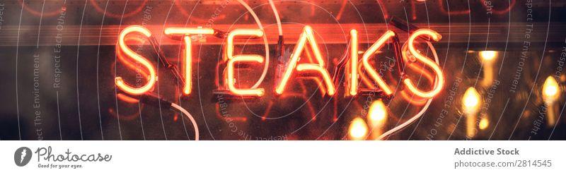 Neonlichtschild im Restaurant neonfarbig Zeichen Steaks Licht rot hell erleuchten glühen offen Symbole & Metaphern Nacht Fleisch glühend Café Hinweisschild