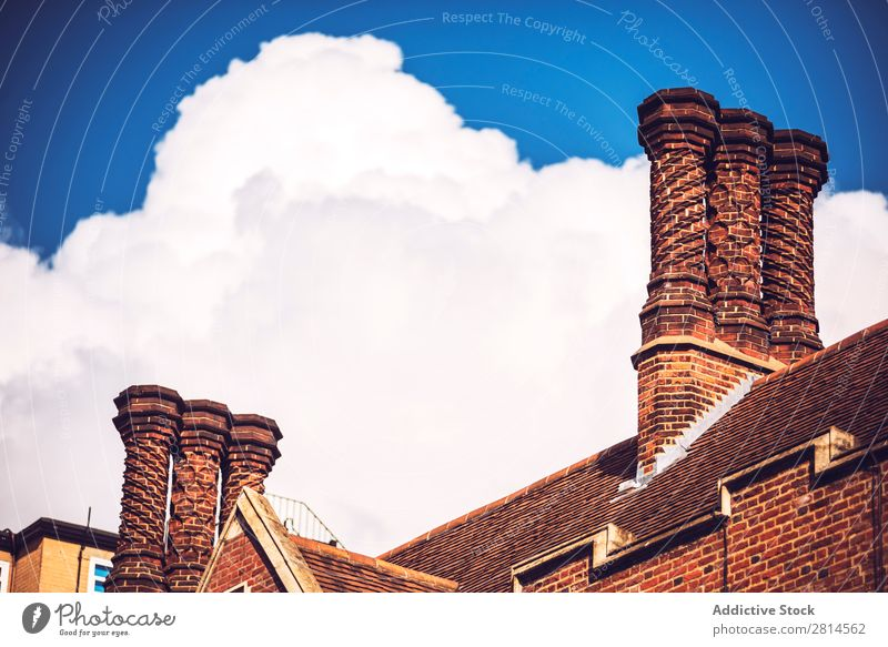 Ziegelschornstein über Wolken. Schornstein London Himmel England Architektur Gebäude Dach Backstein ausgefallen Europa Großbritannien Englisch alt