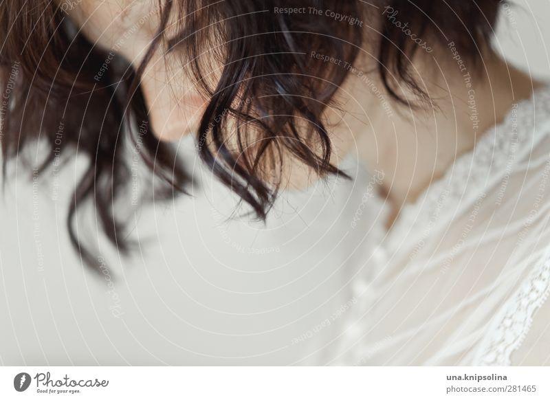 das leichteste der welt Junge Frau Jugendliche Erwachsene 1 Mensch 18-30 Jahre Spitze Bluse brünett Locken Denken träumen Traurigkeit natürlich schön Erotik