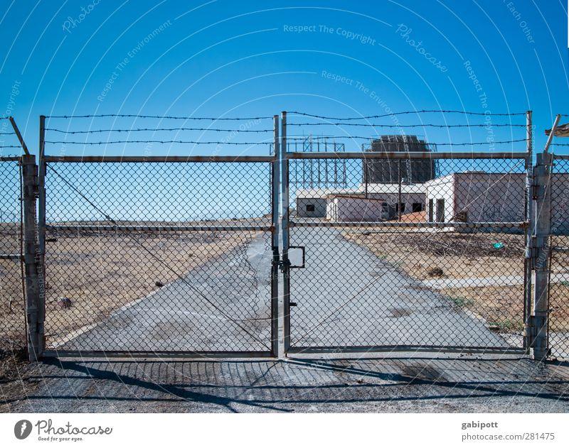 Krumme Dinger | verhindern blau Stadt Sommer Landschaft Architektur grau Gebäude Zeit Abenteuer Macht Wandel & Veränderung Sicherheit Vergänglichkeit Zaun Tor