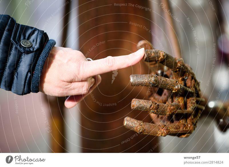 Fingerspitzengefühl | Berührung Hand 1 Mensch 45-60 Jahre Erwachsene Kunst Skulptur berühren kalt modern rebellisch braun schwarz Sympathie Interesse