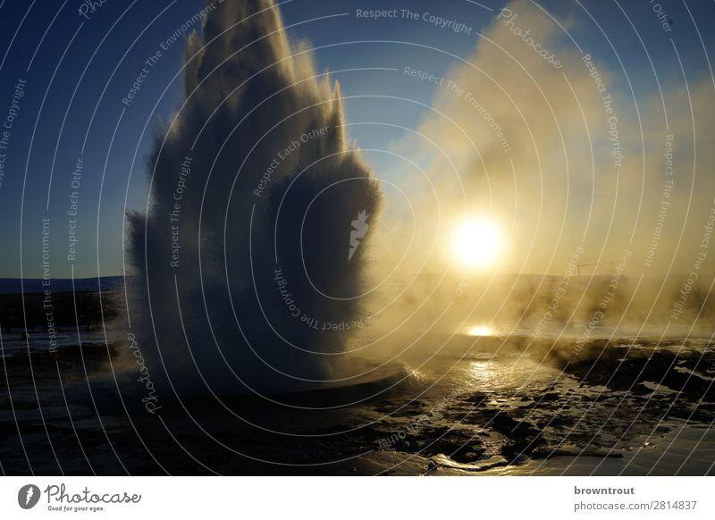 Strokkur Eruption Ferien & Urlaub & Reisen Tourismus Ausflug Sightseeing Winter Natur Landschaft Urelemente Erde Wasser Wassertropfen Wolkenloser Himmel