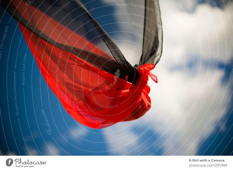 knotted up Himmel Wolken Sommer Schönes Wetter blau rot schwarz wehen Fahne Knoten Knotenpunkt durchsichtig oben Wind Stoff Farbfoto mehrfarbig Außenaufnahme