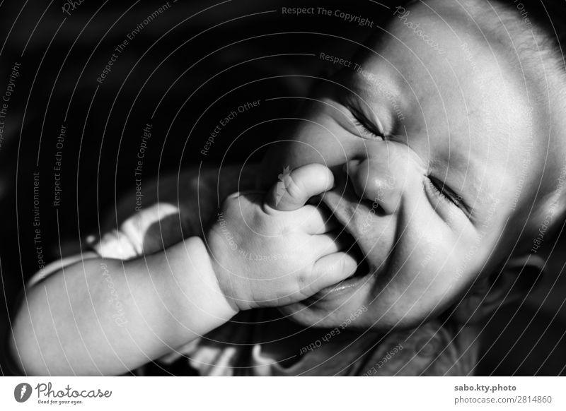 Süßer Baby-Smiley Körper 1 Mensch 0-12 Monate Lächeln süßes Baby Baby Smiley schwarz-weißes Baby lächelndes Baby geschlossene Augen Schwarzweißfoto