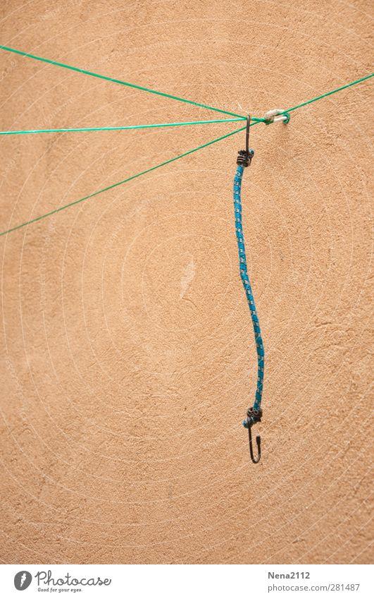 Krumme Dinger | Entspannt Beton eckig blau braun grün gespannt bewegungslos Voyeurismus gummispanner Wäscheleine Dreieck Mauer thementag Farbfoto Außenaufnahme