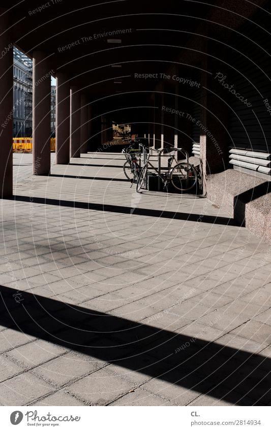am graf-adolf-platz, düsseldorf Stadt dunkel Architektur Wand Wege & Pfade Gebäude Mauer Linie Verkehr Fahrrad ästhetisch Perspektive Platz Bauwerk Ziel