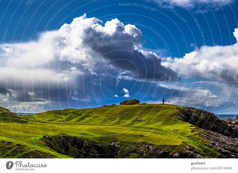 Person an Atlantikküste von Clachtoll Beach in Schottland abgrund Einsamkeit einzeln Atmosphäre clachtoll beach Großbritannien grün Highlands Himmel Klima