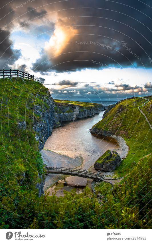 Eingang zur Smoo Cave am Atlantik bei Durness in Schottland Natur Wasser Landschaft Meer Wolken Reisefotografie Umwelt Wege & Pfade Küste Tourismus wandern