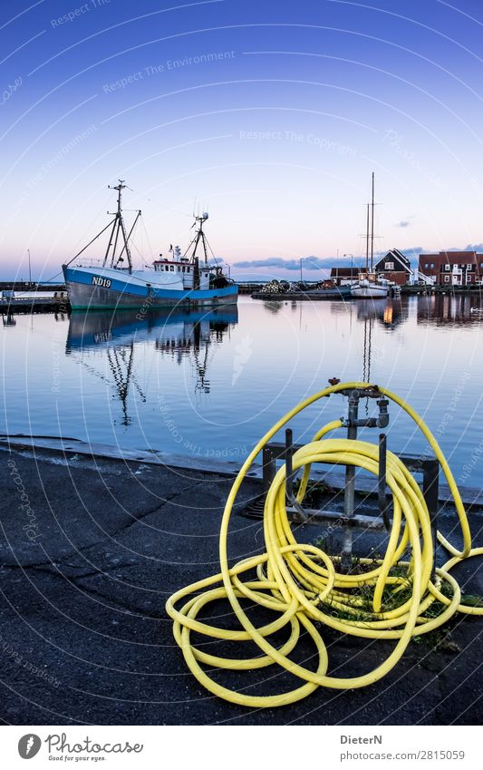 Seemannsgarn Arbeit & Erwerbstätigkeit Beruf Handwerker Fischereiwirtschaft Arbeitsplatz Feierabend Dorf Fischerdorf Hafenstadt Menschenleer blau gelb violett