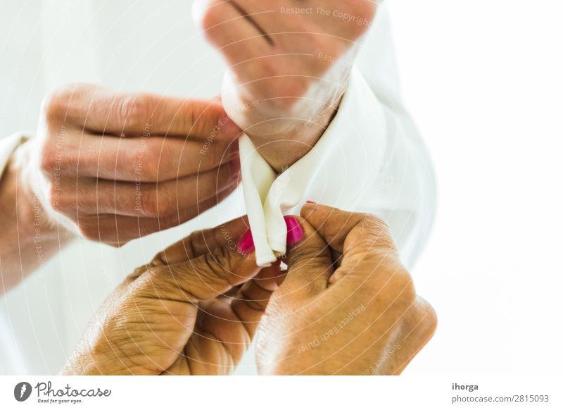 Ein Bräutigam, der an seinem Hochzeitstag Manschettenknöpfe anlegt. elegant Stil Büro Business maskulin feminin Frau Erwachsene Mann Hand 2 Mensch Mode