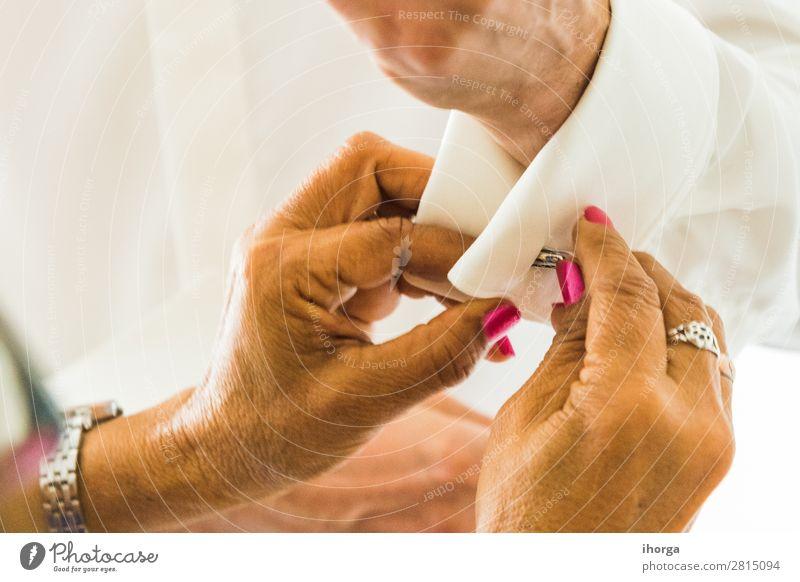Ein Bräutigam, der an seinem Hochzeitstag Manschettenknöpfe anlegt. Reichtum elegant Stil Büro Business Mensch maskulin Mann Erwachsene Hand Finger Mode