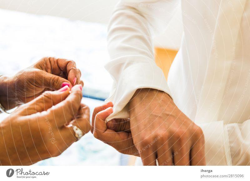 Ein Bräutigam, der an seinem Hochzeitstag Manschettenknöpfe anlegt. Reichtum elegant Stil Büro Business Mensch maskulin Mann Erwachsene Paar Partner Hand 2 Mode