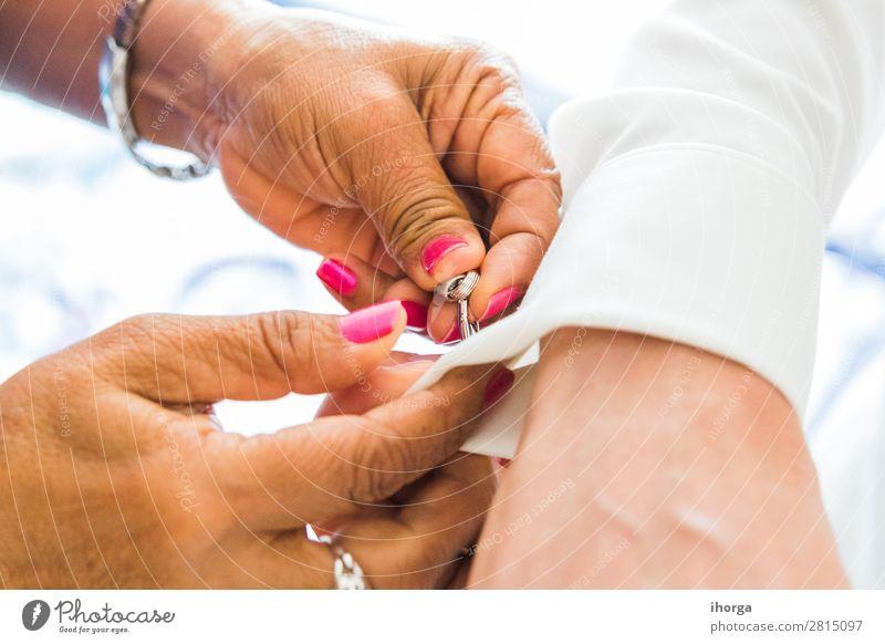 Bräutigam auf der Hochzeit, der Manschettenknöpfe in seinen Hemdmanschetten anzieht. elegant Stil Feste & Feiern Mensch maskulin Mann Erwachsene Hand Finger