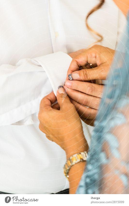 Ein Bräutigam, der an seinem Hochzeitstag Manschettenknöpfe anlegt. elegant Stil Büro Business Mensch maskulin feminin Frau Erwachsene Mann Hand Finger Mode