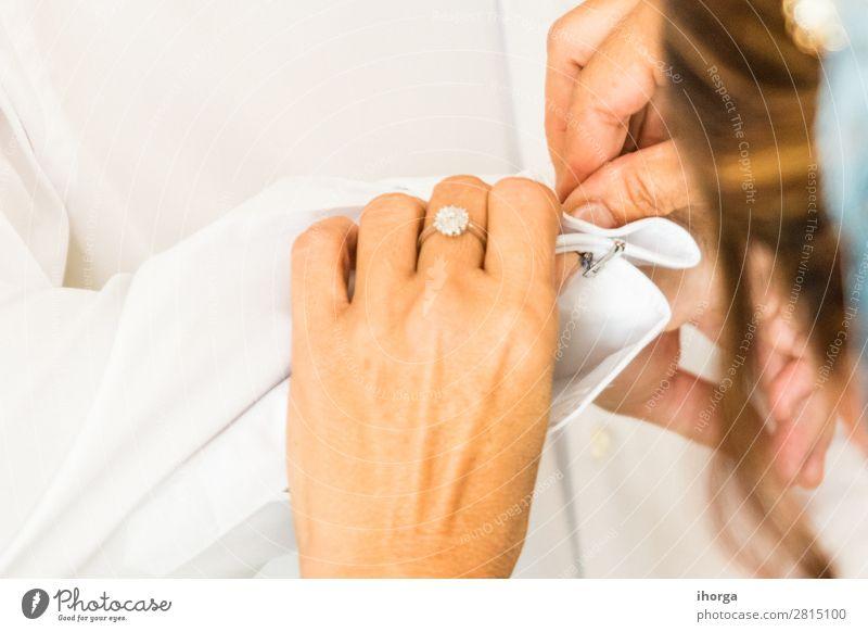Ein Bräutigam setzt Manschettenknöpfe an seinem Hochzeitstag auf. Reichtum elegant Stil Büro Business Mensch maskulin Frau Erwachsene Mann Hand 2 Mode