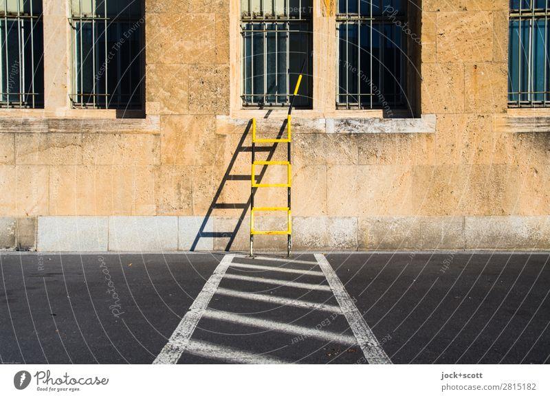 Leiter weiter auf Linie halten Berlin-Tempelhof Gebäude Wand Notausgang Verkehrswege Parkverbot Schilder & Markierungen Streifen eckig retro gelb Sicherheit
