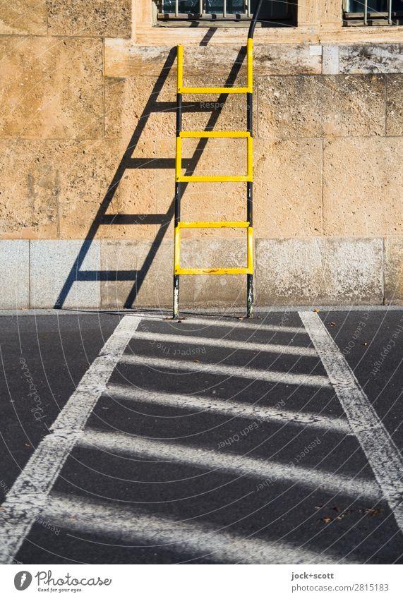 auf Linie halten Straße gelb Wand Wege & Pfade Gebäude Zeit Mauer außergewöhnlich Stimmung Design retro ästhetisch Schilder & Markierungen Schönes Wetter planen