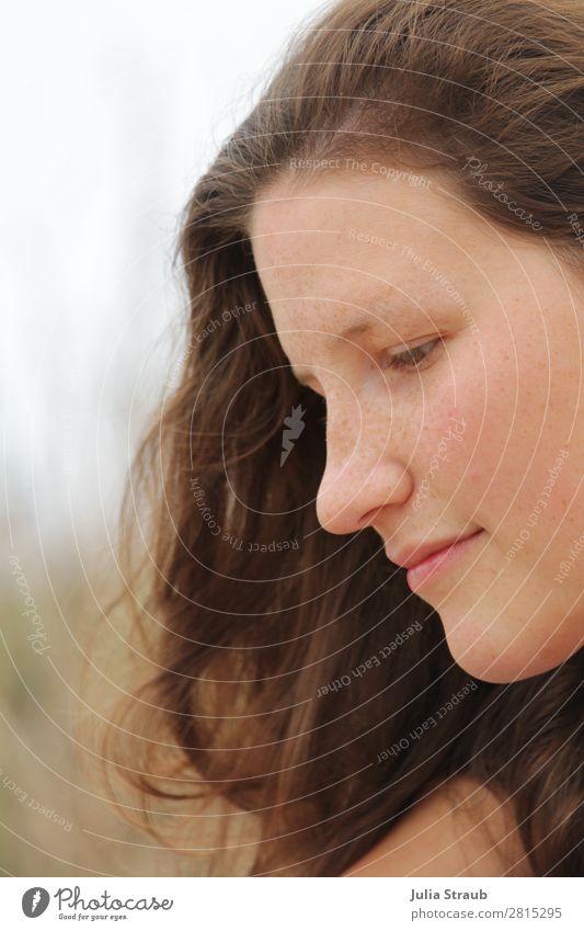Sommersprossen Braun Haare Frau feminin Junge Frau Jugendliche Erwachsene Haare & Frisuren 1 Mensch 18-30 Jahre brünett langhaarig Blick Gesundheit schön Wärme