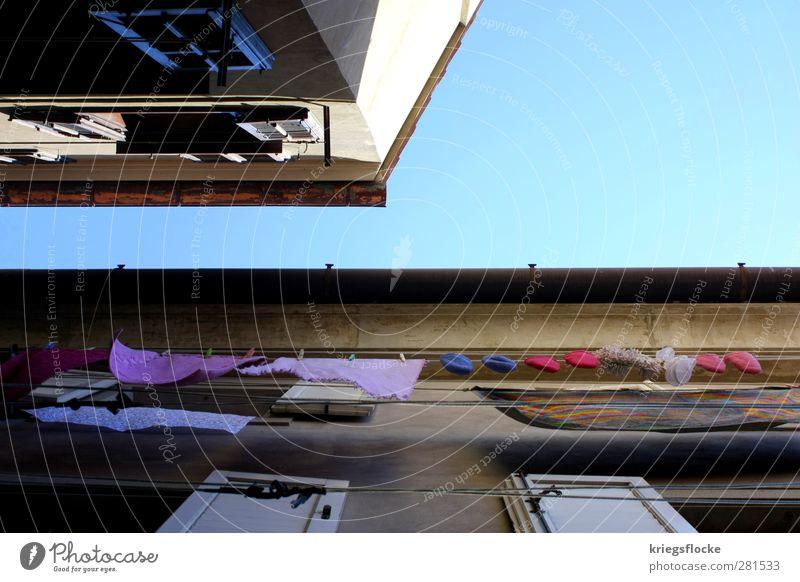 Pinke Pantoffel blau alt Ferien & Urlaub & Reisen Sommer Haus Fenster Wand Mauer Mode Arbeit & Erwerbstätigkeit rosa Wohnung Fassade Armut Bekleidung