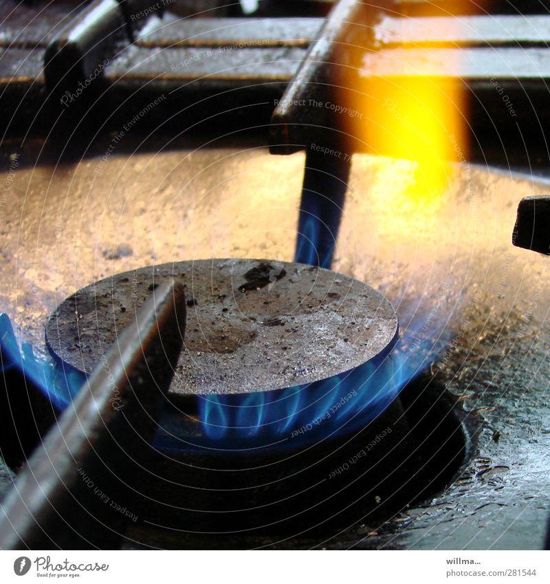 gib gas! Küche Energiewirtschaft heiß blau gelb schwarz Gußeisen Gasflamme Gasherd Feuerschein Flamme brennen Nostalgie Farbfoto Innenaufnahme Detailaufnahme