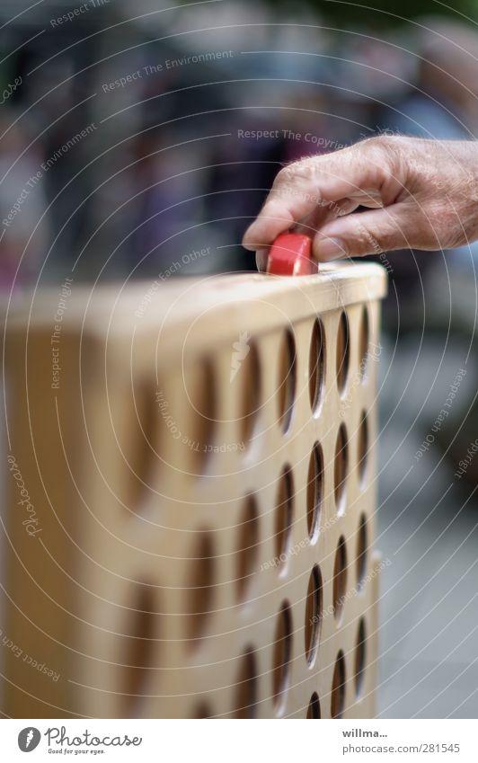 Hand eines Senioren spielt vier gewinnt Freizeit & Hobby Spielen Brettspiel Strategiespiel Großvater Großmutter 60 und älter Holz Spielstein Spielbrett planen