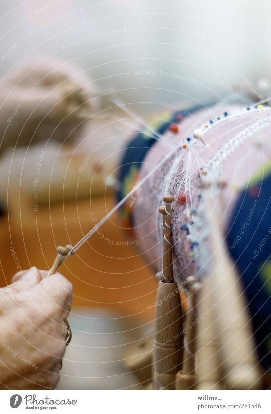 hände | die klöppelfrau Frau Hand Senior Freizeit & Hobby Weiblicher Senior Konzentration Spitze Nähgarn geduldig Handarbeit