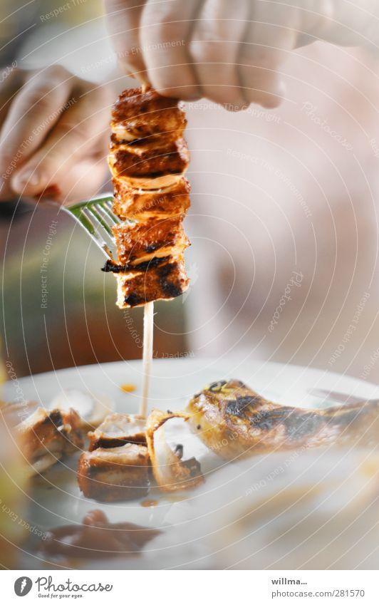 der spießer (2) Lebensmittel Fleisch Fleischspieß Bratwurst Zwiebel Ernährung Essen Mittagessen Abendessen Teller Gabel Finger Hand lecker Völlerei Grillsaison