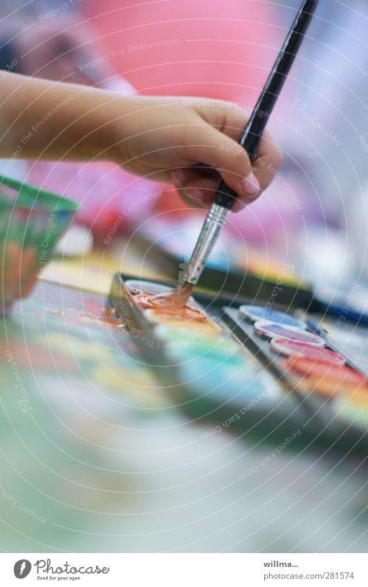 Kind malt mit Frabe und Pinsel - endlich kann ich mal so richtig aufmischen! malen Farbkasten Kindergarten Schulkind Hand Finger Farbe Freizeit & Hobby Freude