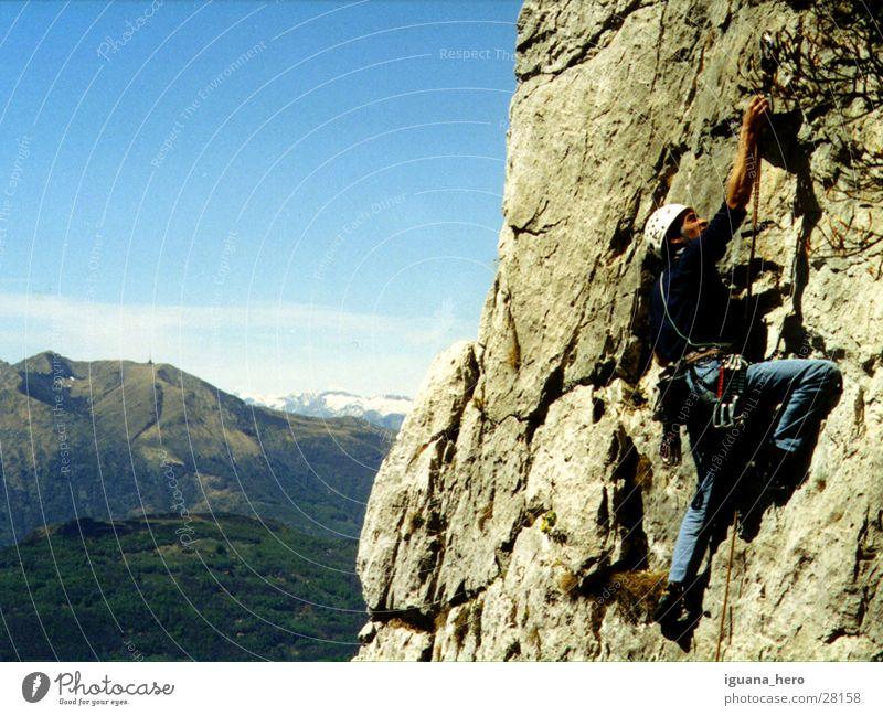 Klettern im Tessin Kanton Tessin Schweiz Bergsteigen Vorstieg retten Extremsport