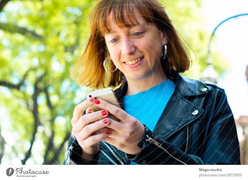 Rothaarige Frau, die eine Nachricht mit dem Smartphone sendet. Lifestyle Glück schön Haare & Frisuren Dekoration & Verzierung Business Telefon PDA