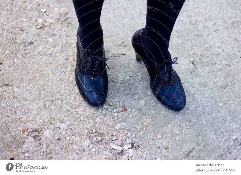 pariser boden. Mensch Jugendliche Junge Frau 18-30 Jahre schwarz Erwachsene feminin Beine Fuß stehen Schuhe warten Strumpfhose Damenschuhe Beerdigung Trauerfeier