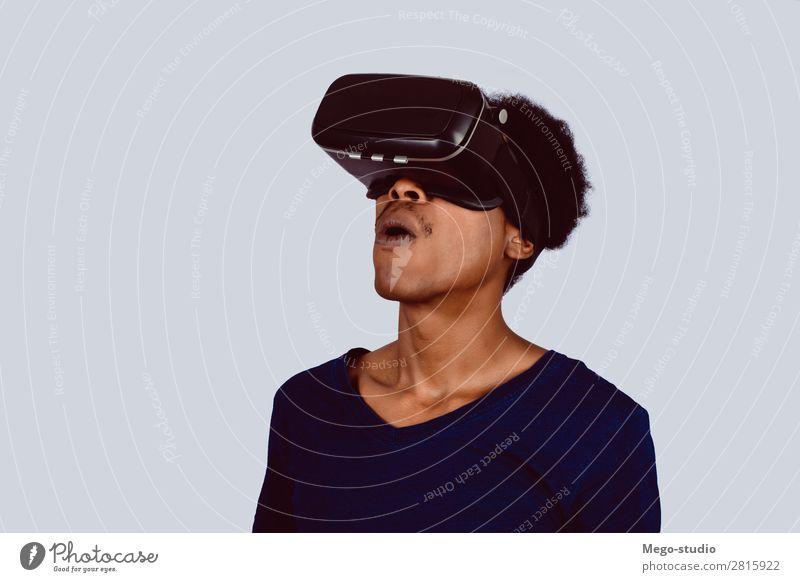 Afroamerikanischer Mann, der Virtual Reality erlebt. Design Freude Spielen Entertainment Business Headset Technik & Technologie Mensch Erwachsene Hemd Afro-Look