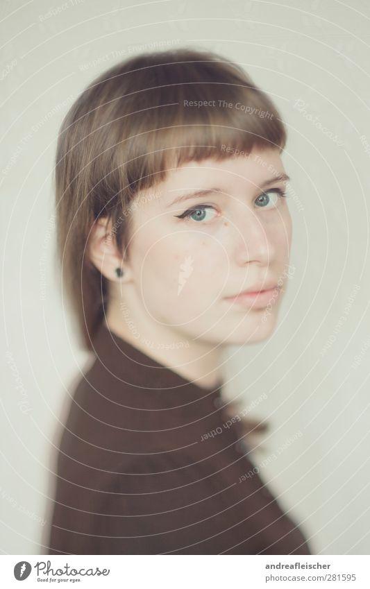 madame. feminin Junge Frau Jugendliche Erwachsene 1 Mensch 18-30 Jahre T-Shirt Ohrringe tunnel Haare & Frisuren brünett langhaarig Pony Blick ruhig warten
