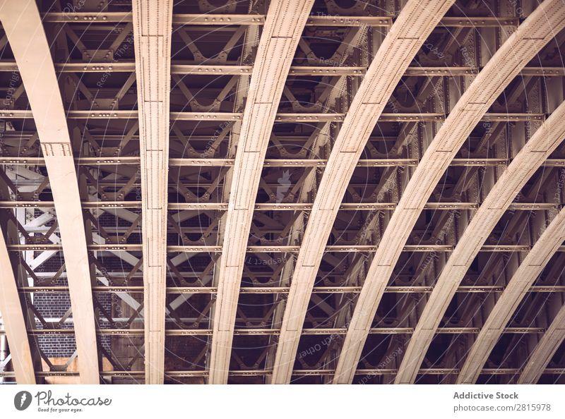 Unterseite einer Brücke unten Metall Stahl Architektur Strukturen & Formen Konstruktion Eisen Stadt Außenaufnahme Bogen Verkehr Gebäude Ingenieurwesen