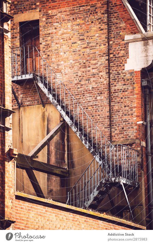 Feuerleiter außerhalb des Altbaus Leiter Architektur London Backstein Wand Gebäude Strukturen & Formen Stadt Außenseite England Großstadt Großbritannien Europa