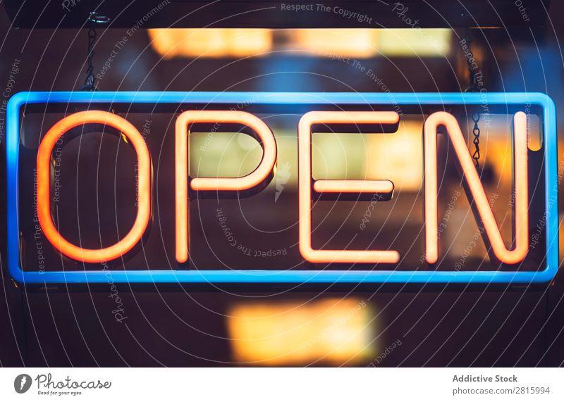 """Nahaufnahme Lichtschild """"Öffnen"""". Zeichen offen neonfarbig erleuchten Farbe Fenster elektrisch glühend hell Elektrizität Restaurant Straße Stadt Menschenleer"""