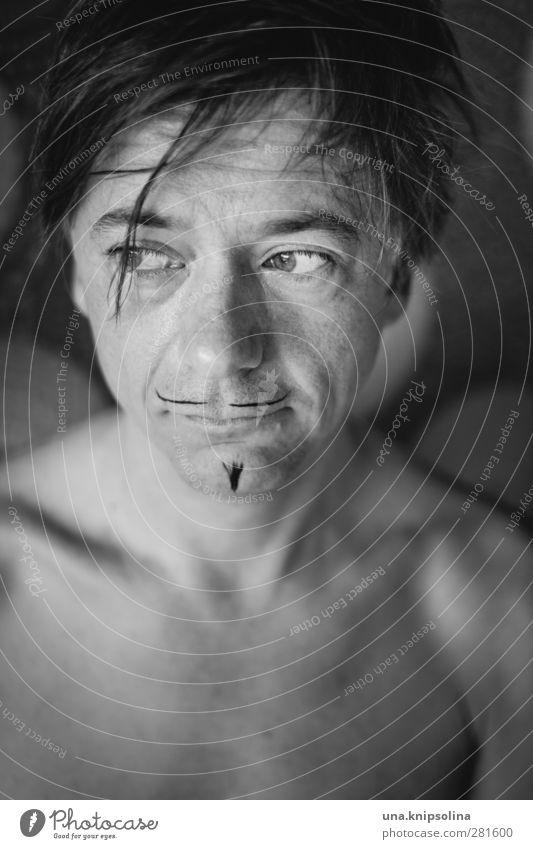 durch den wind Gesicht Schminke Mann Erwachsene 1 Mensch 30-45 Jahre blond kurzhaarig Bart beobachten Denken träumen Traurigkeit nackt trashig verrückt